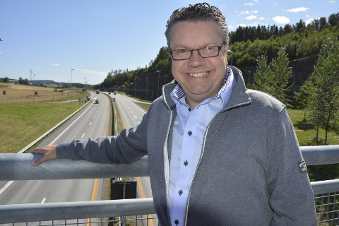 Skaper arbeidsplasser: Ulf Leirstein (44) er førstekandidat for Østfold Frp. Han mener ferdig utbygd E18 vil gi Indre Østfold flere arbeidsplasser. Selv bor han i Moss, har samboer og en sønn. – Men jeg har røtter fra Indre Østfold, forsikrer han. – Min mor er fra Marker og far fra Hobøl. Bestefaren min var lærer i Øymark, forteller han.