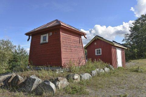 Flyttes: Det gamle brønnhuset (t.v) skal rives og det tidligere brønnhuset (t.h) skal rehabiliteres og settes på plass der det gamle står.