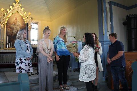 Blomster: Artistene fikk blomster etter konserten. Kine Evensen, Ida Kristin Kilen og Hege Cesilie Mobakk.