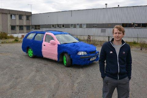 PELSKLEDD: Raymond Hultin Skogli (21) fra Trøgstad har kledd sin 1998-modell Toyota Avensia stasjonsvogn i langhåret pels.