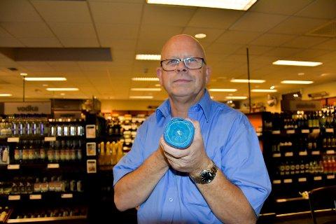 Blått drikke: -Noen, og da spesielt yngre kunder, har handlet en shot som er blå, opplyser  Rune Schrøder  daglig leder Vinmonopolet i Askim