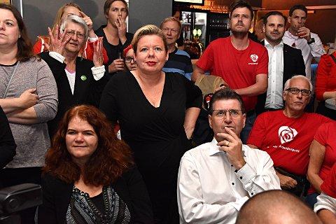 INGEN JUBEL: Siv Henriette Jacobsen og Stein Erik Lauvås har nettopp fått se valgdagsmålingen som viser borgerlig flertall. Mens dette bildet ble tatt står jubelen i taket i Høyre-leiren i andre siden av lokalet. Partiene er samlet på felles valgvake i Moss.