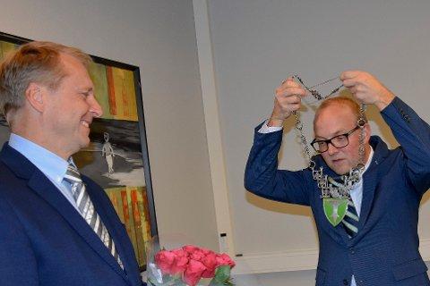 FIKK KJEDET: Trøgstads nye ordfører Saxe Frøshaug får her overrakt ordførerkjedet fra Ole Andre Myhrvold.