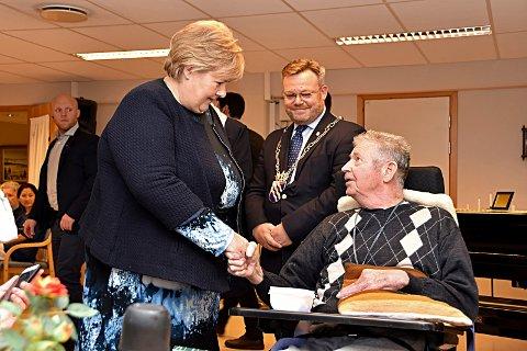 Dyrere middag: Statsminister Erna Solberg hilste på beboere på Løkentunet i vinter. Bagrunnen var endring av tidspunktet for  middagsserveringen, noe hun og ordfører Thor Hals er stolt av.Men det koster ekstra  penger.