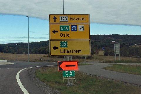 HOMSTVET: Ved hjelp av skilt som dette blir E6-bilistene bedt om å følge riksvei 22 gjennom Eidsberg og Trøgstad til Lillestrøm. Bildet er tatt ved Homstvet i Hærland.