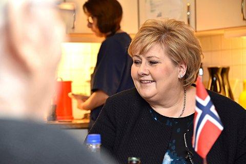 Erna-middag: Middag til middagstid har vært en kjepphest for statsminister Erna Solberg. Her fra et kjøkkenbesøk på Løkentunet i Askim.