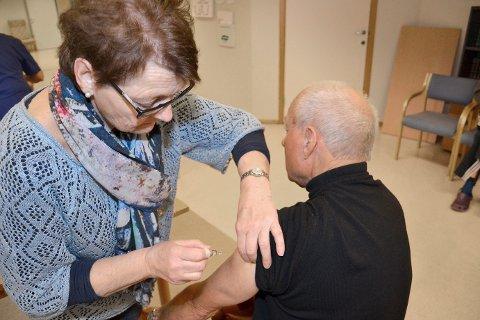 Vaksinering: Helsesøster Solveig Røed fra helsestasjonen i Askim kommune satte influensavaksine på Tor Skogsberg (74) og flere andre på Løkentunet i fjor.