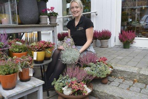 Tips til høstplanting: Martina Hattestad Nesset (33) i Interflora Line Blomster i Askim har mange tips til hva du kan plante på kirkegården i høst.