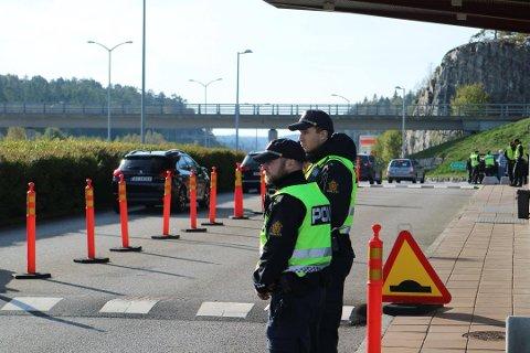 FRYKTER OPPTØYER I GÖTEBORG: Massivt politioppbud ved svenskegrensa i formiddag. Foto: Johnny Larsen/HA