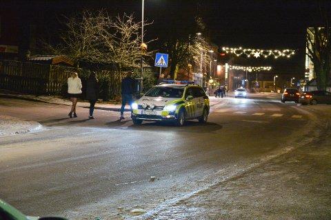 En mann tisset rett foran en politibil natt til søndag. Illustrasjonsfoto.
