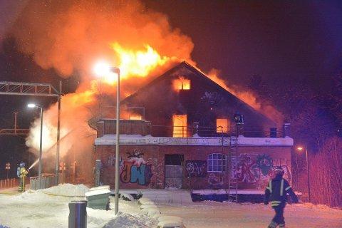 BRANT: Rundt klokken 23.00 fredag kveld var murbygningen fullstendig overtent.