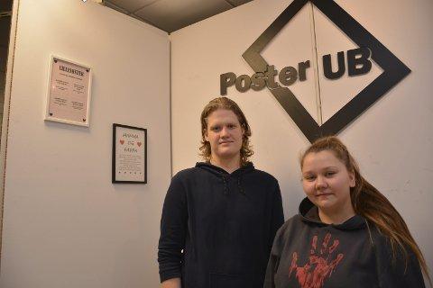 PERSONLIGE POSTERE: Håkon Larsen (17) og Sandra Bjørnhaug (20) lager personlige postere med bedriften Poster UB. – Kundene kan selv bestemme budskap, velge skrifttype, farger og ramme, så lager vi dette på bestilling, sier Bjørnhaug.