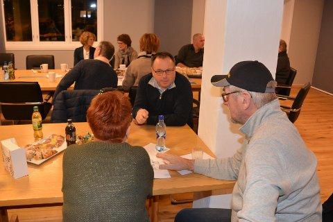 SAMTALE: Tollef Johan Berger, partner i Bloksberg Eiendom, snakker med et par som vurderer å flytte til Kaupangkvartalet.