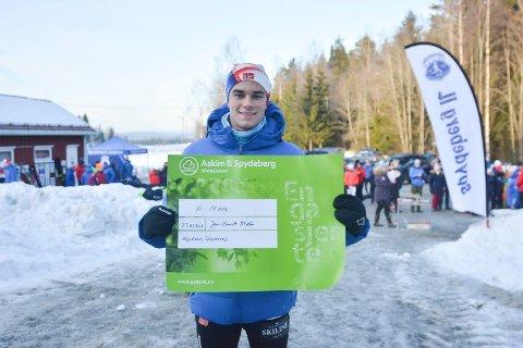Jan-Henrik Haugland Melbø fikk lørdag en sjekk på 10.000 kroner av Spydebeg Idrettsråd
