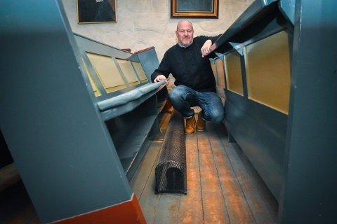 GAMMELT: Kirkeverge Terje Stenholt ser frem til å bytte ut de gamle rørovnene mellom kirkebenkene.