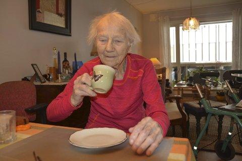 Matlyst: Kari Opsahl (100 til sommeren) sier matlysten er dårligere når hun må spise alene. – Da jeg fikk opphold på Ruuds. spiste jeg alle måltider sammen med andre. Det bidro også til økt matlyst, forteller 99-åringen.