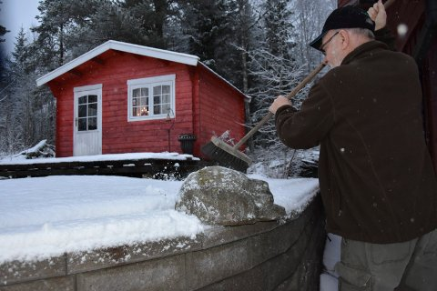I vind og vær: - Bjørnen er ute og jeg må bruke Piasavakosten på den for å få vekk snøen, sier Terje Olav Fagerheim.