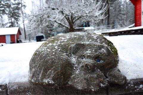 Fikk øyne av naboen: Da Eidsberg-bjørnen ble laget kom nabo Nelly Tangeland med to blå klinkekuler som skulle være øynene på den sovende bjørnen.