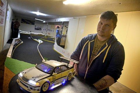 MYE LYS: Richard Sørensen har utstyrt sin bil med en god del lys.