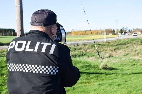 PÅ LUR MED LASER: Førstebetjent i Utrykningspolitiet (UP), Jahn-Eirik Johansen, «skyter» bilister med laser i 60-sonen på delet mellom Askim og Eidsberg torsdag.
