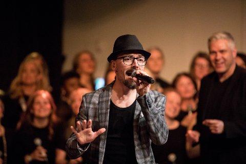Ole Børud solist med Gospel Explosion - bakgrunnen dirigent og prosjektleder Leif Ingvald Skaug.