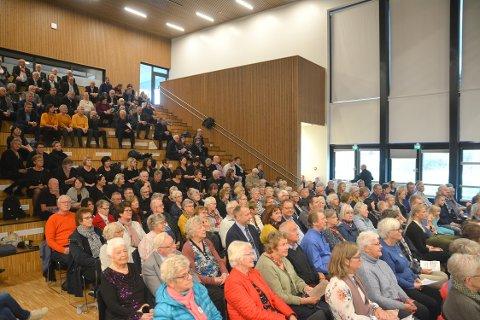 Godt over 100 personer var til stede på Skjønhaug skole lørdag ettermiddag. Foto: Glenn Thomas Nilsen