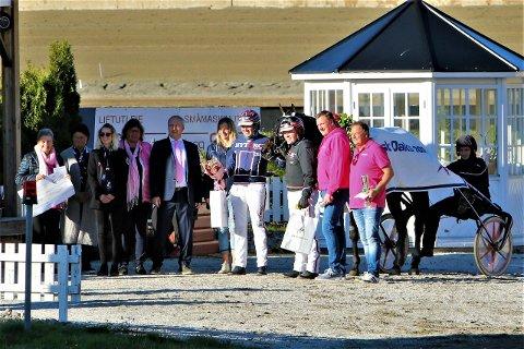 Seremoni for Hillary BR etter triumfen i Oaks. Hestens eiere hadde med en symbolsk sjekk på 30 000 kroner til Rosa Sløyfe-aksjonen.