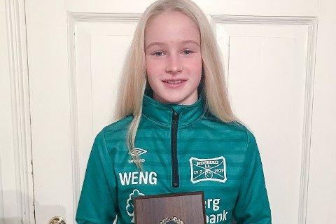 STOLT PRISVINNER: Lite ante Tora Rønneberg Weng at hun skulle bli tildelt talentprisen i Eidsberg IL under årsfesten lørdag.