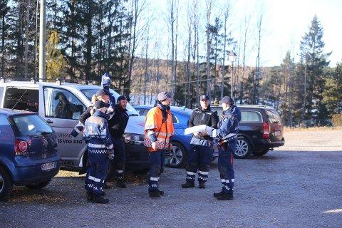PÅ PLASS: Mannskap fra Sivilforsvaret gjør seg klare ved kommandoplassen ved Bondestua.