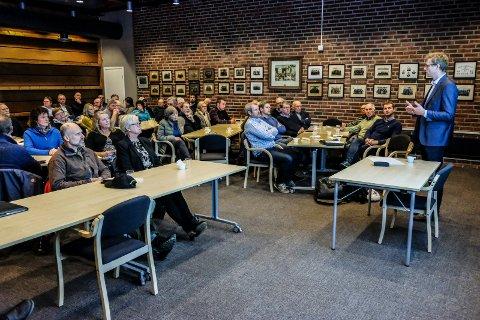 ENERGI: Ola Borten Moe på talerstolen i Marker rådhus, der 75 tilhørere lyttet til hans orintering om bruk av naturressurser. FOTO: Privat