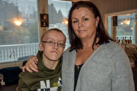 Johannes og mamma Eva er overveldet over all støtten de har fått den siste tiden.