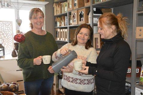 Kos i butikkene: F.v. Kari Mosbæk (50), Lene Dahl Krog (49) og Trine Skjør Nilsen (51) lover kaffe, pepperkaker og andre godsaker til kunder som stikker innom Ørjes nisjebutikker lørdag.