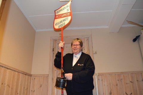 Jorunn Myklebust i Frelsesarmeen forteller at folk er flinke til å gi, tiltross for at det blir mindre kontanter i samfunnet.