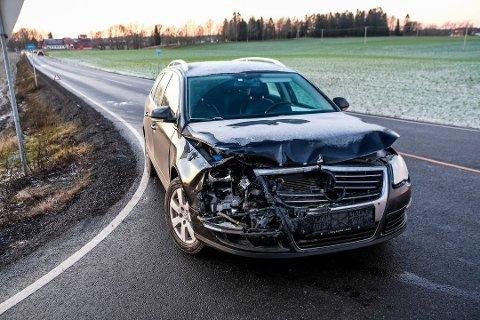Bilen fikk store materielle skader. Eier måtte tilkalle bergningsbil. Foto: MATS DUAN-HANSEN
