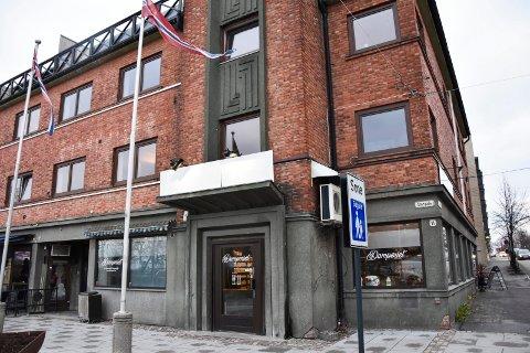 Oppgraderes: Bygården Storgata 11 i Askim skal oppgraderes og utvides med flere leiligheter. Beboerne i leilighetene i  nabogården er bekymret for søppelhåndteringen når antallet leiligheter og søppelmengden øker med 50 prosent.