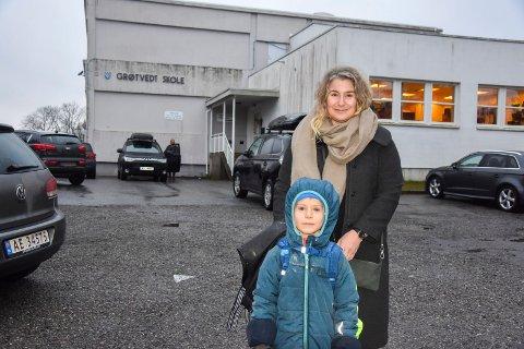 Fornøyd: Fau-representant Grøtvedt skole, Marina Prusac Lindhagen og sønnen Emanuel Lindhagen (7) har ventet lenge på byggevedtaket. – Nå er jeg glad og lettet, sier Marina, etter at det ble kjent at byggestart blir rett over påske.