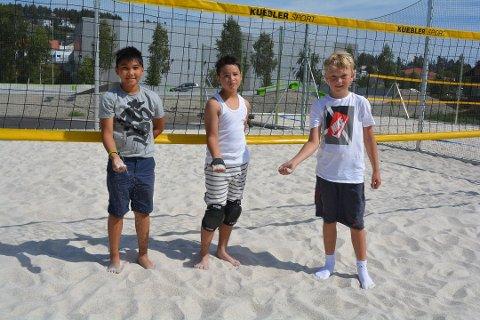 Axel Bacalyon (10), Marcus Johan Taftø (11) og Max Skaug Olausen (11) på volleyballbanen i Mysen sentrum med den skarpe sanden. Denne byttes nå ut. ARKIVFOTO