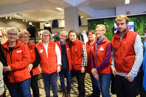 DUGNADSGJENG: Røde Kors-butikken bygger på stor frivillig innsats. På åpningsdagen i nye lokaler stilte denne flittige gjengen opp; fra venstre daglig leder Ragnhild Kruse (63), Aud Vethe (70), Hilde Holt (45), Borgny Gulli (66), Kasia Oppedal-Jarco (36), Elisabeth Vinar (52), Gerd Heimseter (68) og Dag Harald Obrestad (38). Det rutete gulvet fra da Lie-familien drev butikk her, er de litt stolte av å ha intakt.