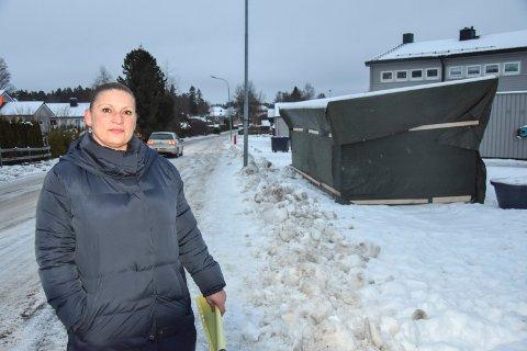 Fulgte ekspertråd: IØR rådet borettslaget til  å sette opp søppelhuset her. – Men det godtar ikke lokalpolitikerne, kommenterer styreleder Suzana Krumera i Trippestadåsen borettsalg.