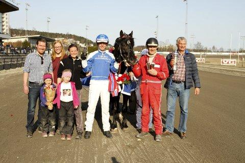 GLADE FOR SEIER: Linda Kvernenes og hennes familie til venstre for kusk Adrian Solberg Akselsen og Odd Herakles fra et av flere seiersløp i år. Trener Lars O. Romtveit i rødt til høyre for hesten. ARKIVFOTO