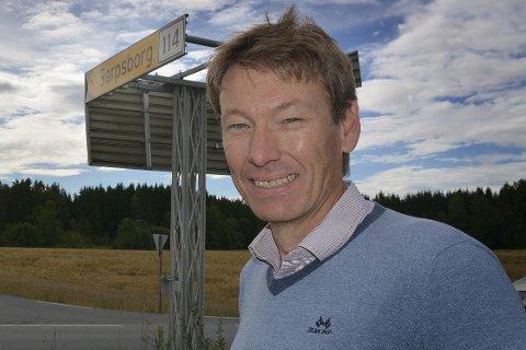 STUSSER: Olav Moe liker ikke at Smaalenenes Avis slår fast at det kun er ansatte på fylkeshuiset i Sarpsborg som er tiltenkt belønning for å droppe bil til og fra jobb.