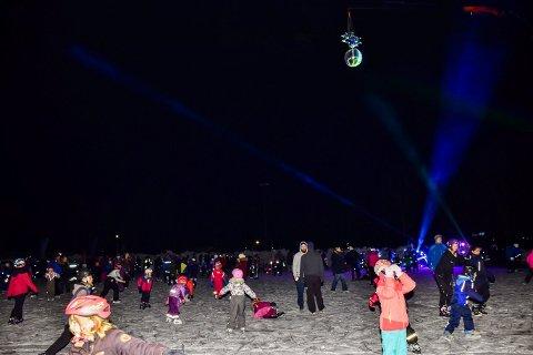 Sist fredag var flere hundre skøytegåere samlet på isen under skøytediskoen.