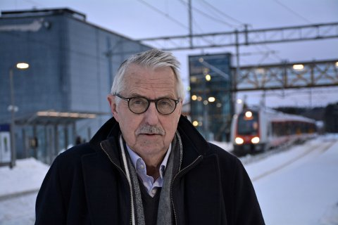 Petter Schou tordner mot BaneNors planer som vil gjøre det mye vanskeligere å være togpassasjer i Indre Østfold.