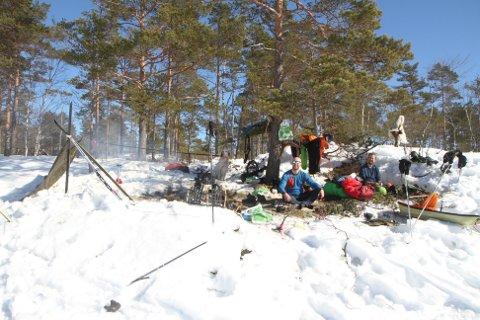 SLO LEIR: I to dager nøt Øyvind Larsen (t.v.) og Espen Sperlin friluftslivet i Trømborg-fjella sammen med hunden Max.