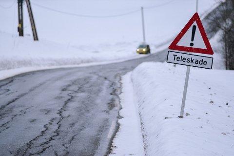Sprekker, telehiv og humpete veibane i Lyserenveien Spydeberg.