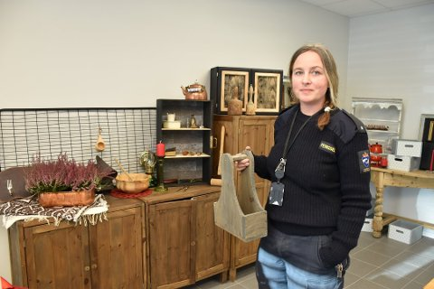 FENGSELSBUTIKKEN: Verkstedsbetjent Miriam Aune viste fram fengselsbutikken Tyventyven like før åpning.