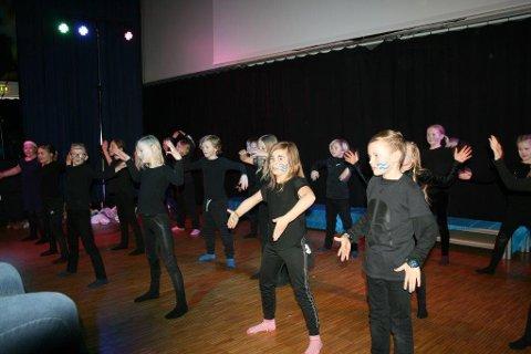 Elever på Vestgård skole fikk hjelp av danslærer og teaterlærer fra kulturskolen til å lage «Søppeltanker».