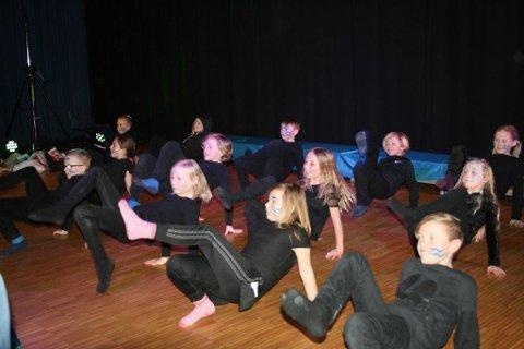 Elever fra kulturskolen danset under forestillingen. Foto: Privat
