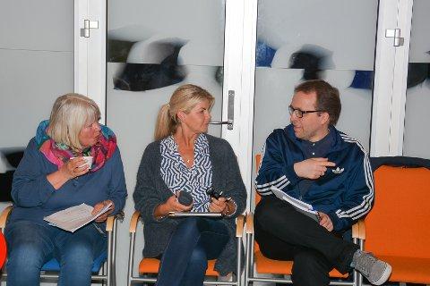 ANSATTE: Anne M. Degnes (t.v.) og Toril M. Johansen jobber ved skatteoppkreverkontoret i henholdsvis Askim og Eidsberg. De fulgte debatten om sin fremtidige arbeidsplass. Her snakker de med seniorrådgiver Stein Ove Pettersen i kommunal- og moderniseringsdepartementet. Han følger sammenslåingsprosessen i Indre Østfold som observatør. – For å lære, forklarer han.