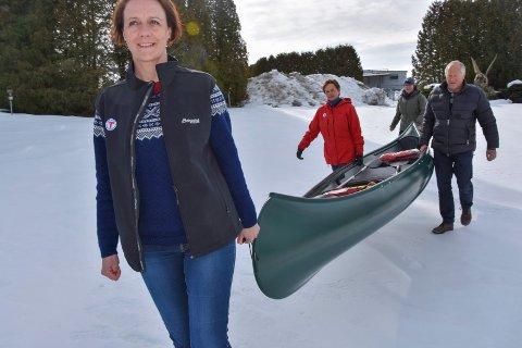 Ut på tur: For å få et napp i denne kanoen må østfoldingene ha gått 18 topp-turer i eget fylke. - God tur, sier Kjersti Berg Sandvik (foran) Anna-Boel Andersen (bak)  Evy Eliassen og og Rolf Hasle.